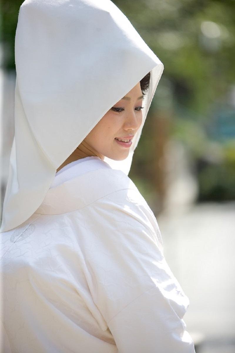 綿帽子には、ドレスのベールと同じ、 挙式が済まれるまで、ご新郎様以外の方にはお顔を見せないという意味があり、 白無垢だけに合わせることが出来ます。